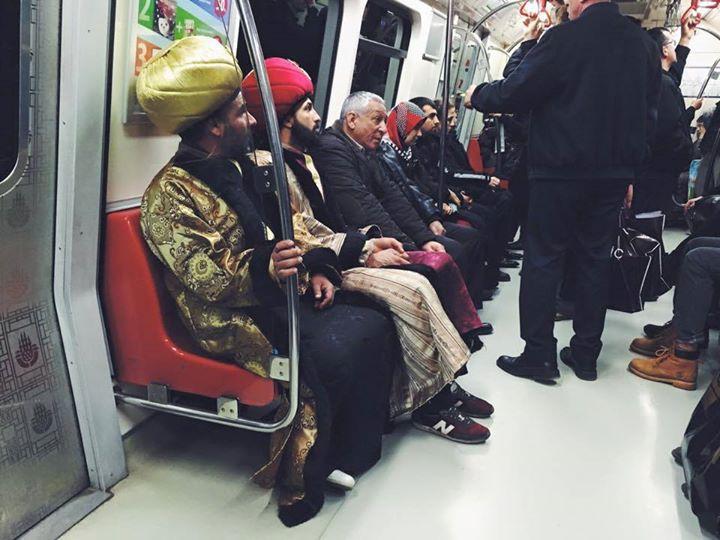 Metro ve tramvayda Osmanlı kıyafetleri ile dolaşıyorlar