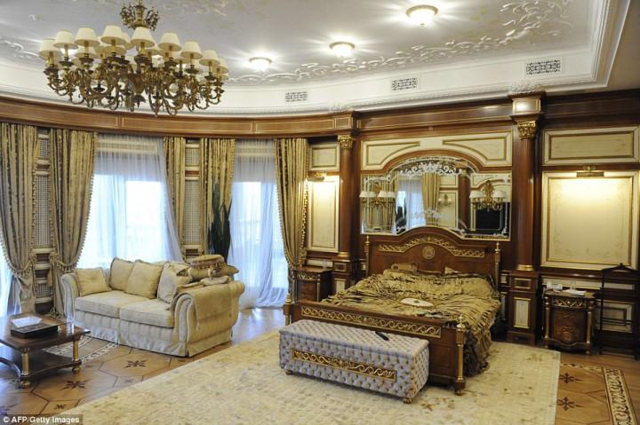 Eski Ukrayna Cumhurbaşkanı Viktor Yanukoviç Sarayı yatak odası