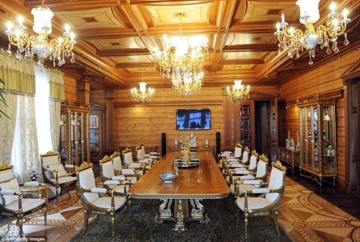 Eski Ukrayna Cumhurbaşkanı Viktor Yanukoviç Sarayı yemek odası