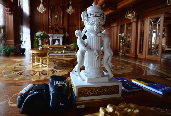 Eski Ukrayna Cumhurbaşkanı Viktor Yanukoviç Sarayı heykel
