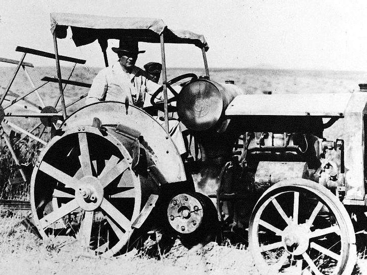 Atatürk Orman Çiftliğinde ve traktör sürerken